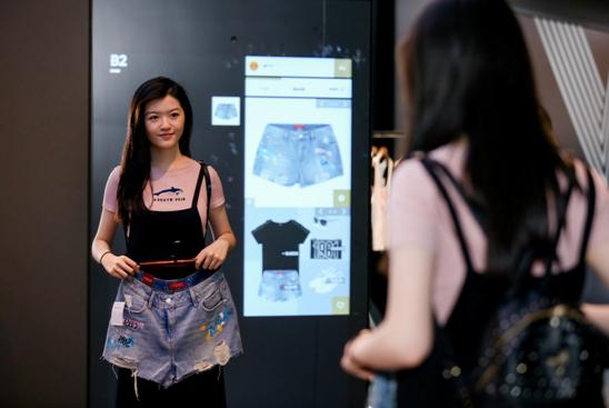 消费者得到FashionAI提供的穿搭建议